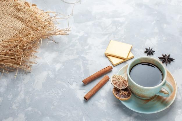 白い机の上のキャンディーとシナモンとお茶のハーフトップビューティーキャンディーカラーの朝食 無料写真