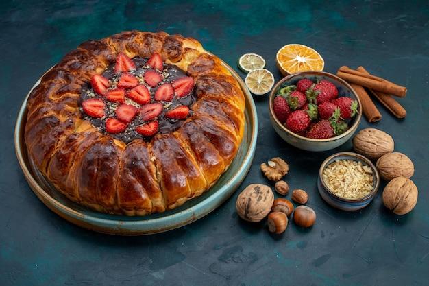 Половина сверху клубничного пирога с орехами на синем столе Бесплатные Фотографии