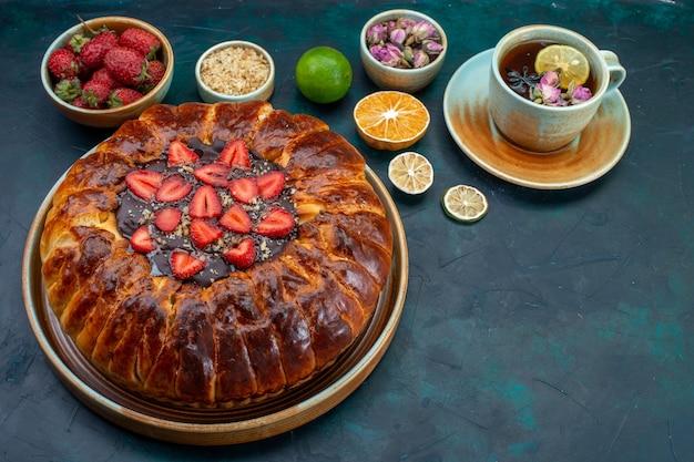 おいしいストロベリーパイで焼いたおいしいケーキとお茶のハーフトップビュー 無料写真