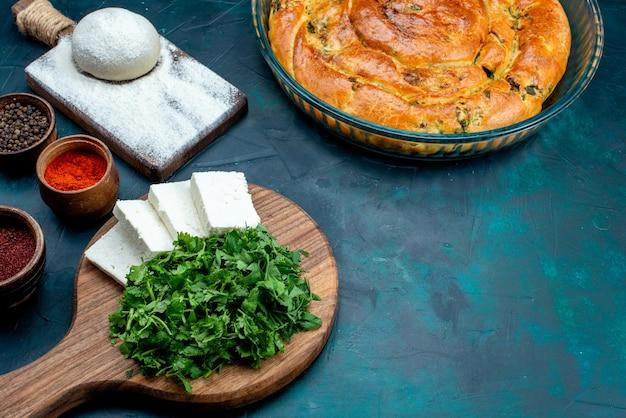 青の背景に緑のペストリーと調味料とハーフトップビューの白いチーズ。 無料写真
