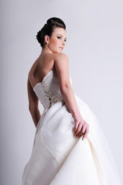 Половина невесты, одетой в белое свадебное платье Бесплатные Фотографии