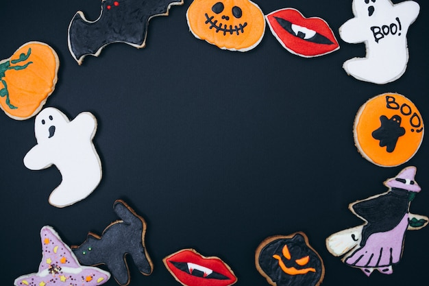 Halloween background decorated with homemade ginger cookies Free Photo