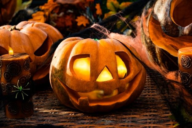 Хэллоуин резные тыквы фонарь композиция из страшных тыкв и свечей Premium Фотографии