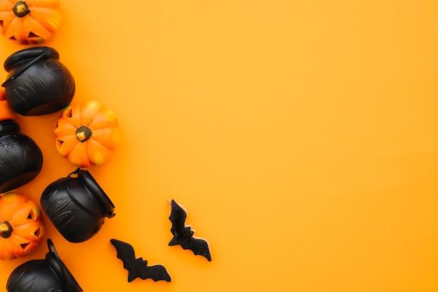 Композиция хэллоуина с чайными горшками и пространством Premium Фотографии