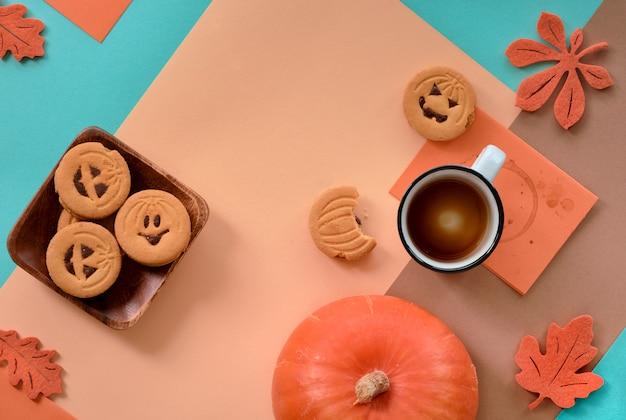 Хэллоуин печенье и пустой кофе на фоне геометрических Premium Фотографии