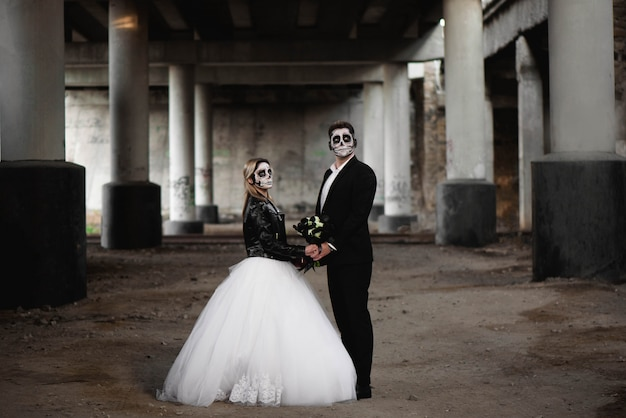 Halloween couple. dressed in wedding clothes romantic zombie Premium Photo