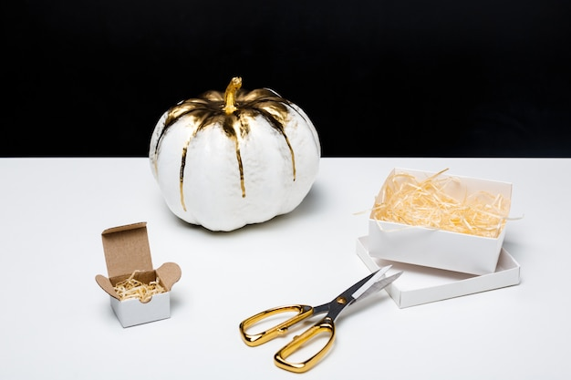 Хэллоуин декор на белом столе на черной поверхности Бесплатные Фотографии