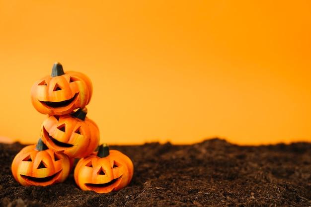 Украшение хэллоуина с дружескими тыквами Бесплатные Фотографии