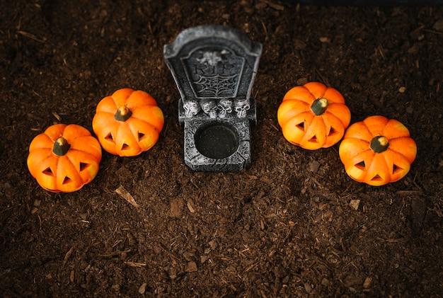 Decorazione di halloween con vista superiore della tomba Foto Gratuite
