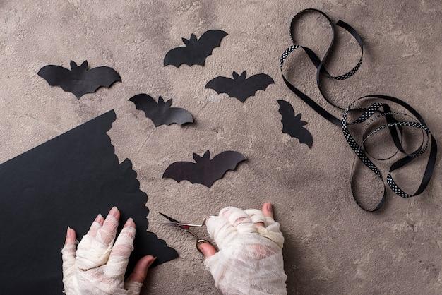 ハロウィーンのdiyのコンセプトです。ミイラはコウモリを紙から作る Premium写真