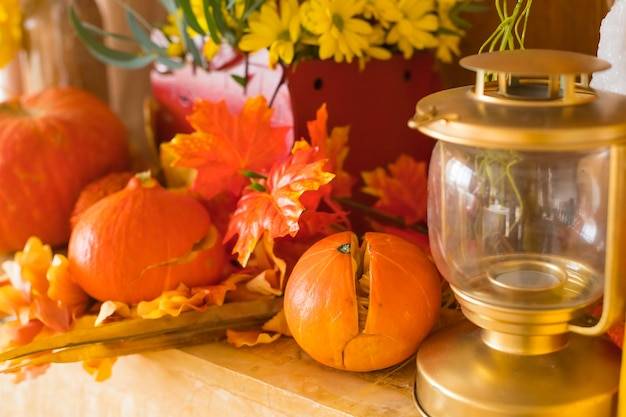 Хэллоуин, концепция праздника - фонарь из тыквы или резная тыква, свечи и осеннее украшение Premium Фотографии