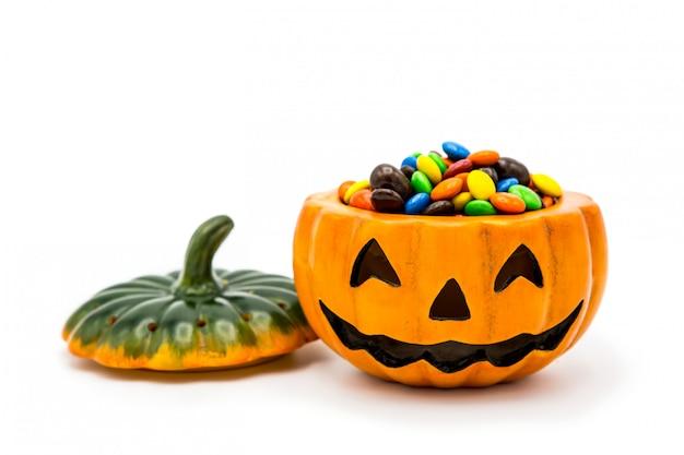 Halloween jack o lantern ведро переполнено красочным шоколадом Premium Фотографии