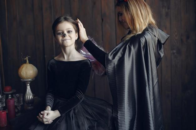 Хэллоуин. мать и дочь в костюме хеллоуина. семья дома. Бесплатные Фотографии