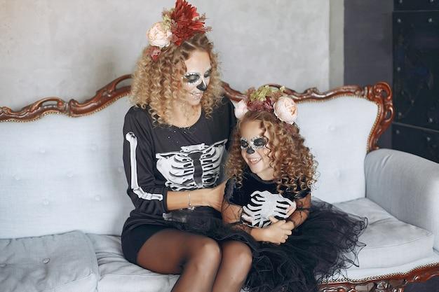 Хэллоуин. мать и дочь в костюме хэллоуина в мексиканском стиле. семья дома. Бесплатные Фотографии