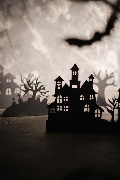 ハロウィーンの夜背景。ペーパーアート。暗い霧の森の放棄された村 Premium写真