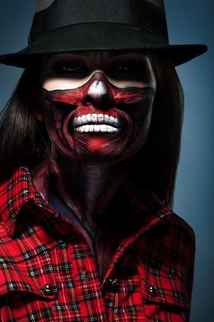스튜디오에서 얼굴 예술을 가진 여자의 할로윈 초상화 프리미엄 사진