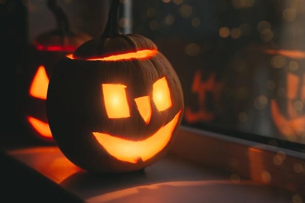 Тыквы хеллоуина в окнах с боке. с днем хэллоуина. Premium Фотографии