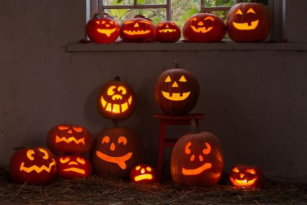Хэллоуин тыква в помещении Premium Фотографии