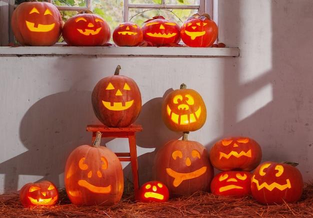 Хэллоуин тыква на старой стене в помещении Premium Фотографии