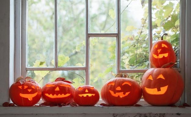 Хэллоуин тыква на окне Premium Фотографии