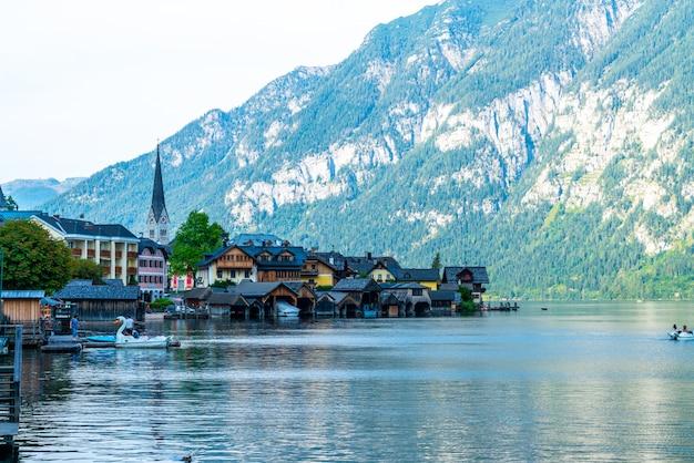 Hallstatt village on hallstatter lake in austrian alps Premium Photo