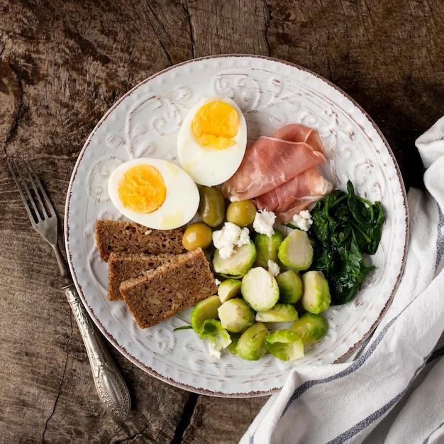Metà di uova e verdure per colazione Foto Gratuite
