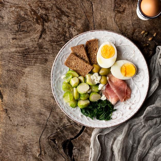 Metà delle uova e delle verdure su tela Foto Gratuite