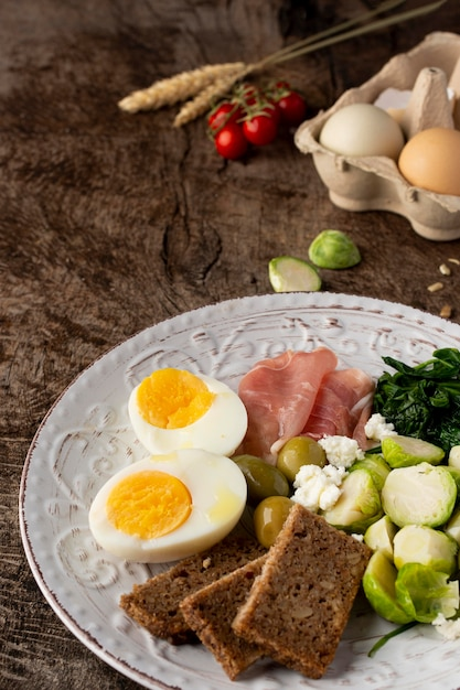 Metà delle uova e delle verdure ad alta vista Foto Gratuite