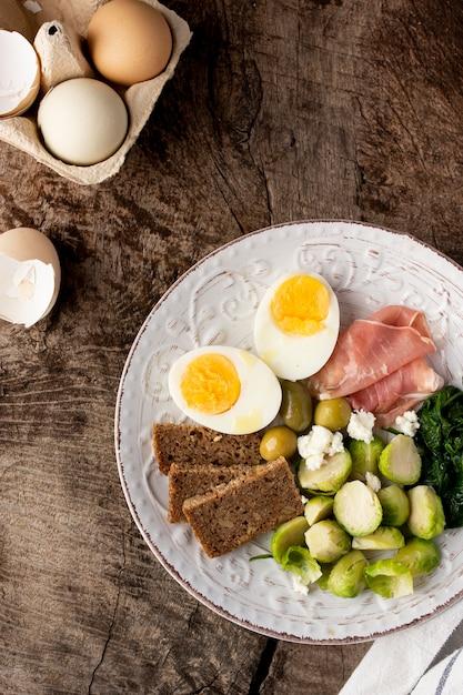 Metà di uova e verdure vista dall'alto Foto Gratuite