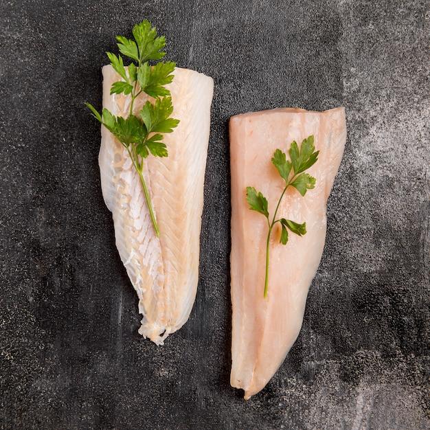 Metà di pesce con foglie di prezzemolo Foto Gratuite