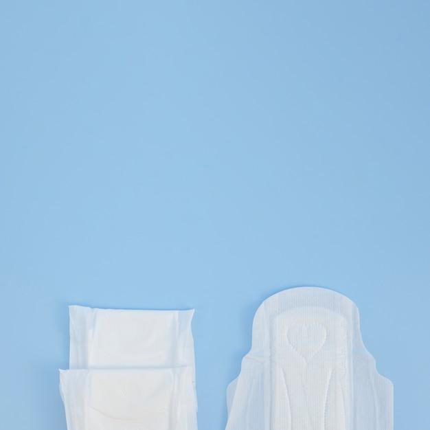 青いコピースペース背景上のパッドの半分 Premium写真