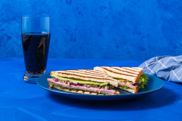 블루에 햄과 채소 샌드위치 프리미엄 사진