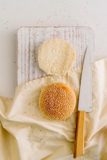 Panini hamburger sul tavolo Foto Gratuite
