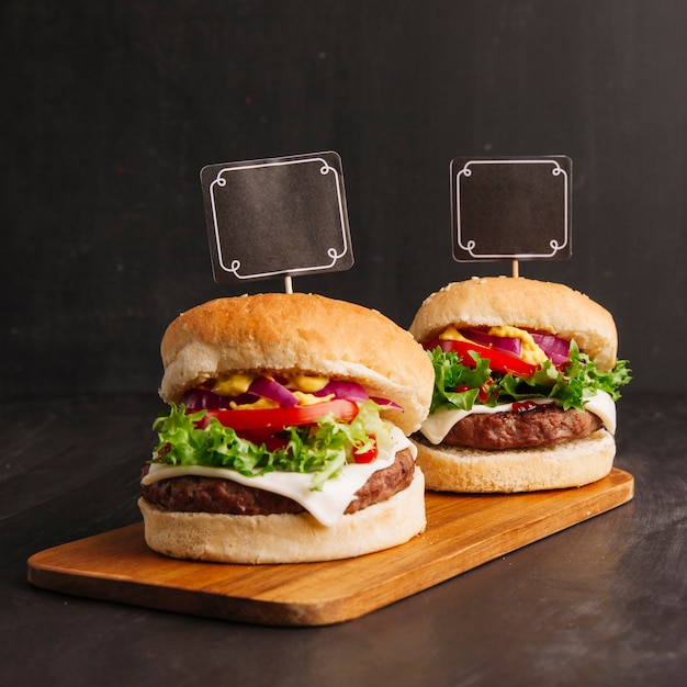 Hamburger composition with labels Free Photo