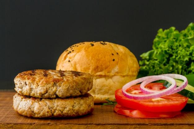 Ингредиенты для гамбургера на столе Бесплатные Фотографии