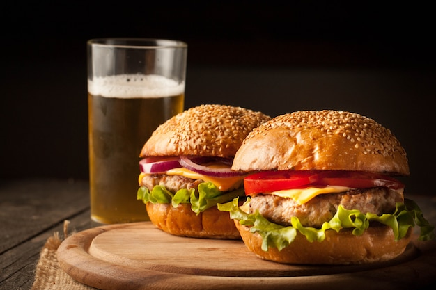 Hamburger with beef, onion, tomato, lettuce and cheese. Premium Photo
