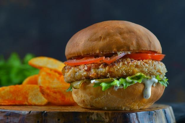 Гамбургер с куриной котлетой и помидорами Premium Фотографии
