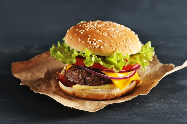 Hamburger with onion tomato and salad Premium Photo