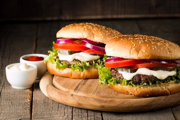 Hamburger with tomatoes, beef and sauce. Premium Photo
