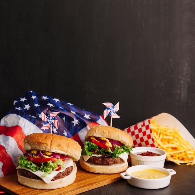 Il nostro mondo Hamburgers-american-flag-chips_23-2147695657