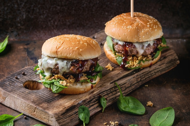Hamburgers with beef and spinach Premium Photo