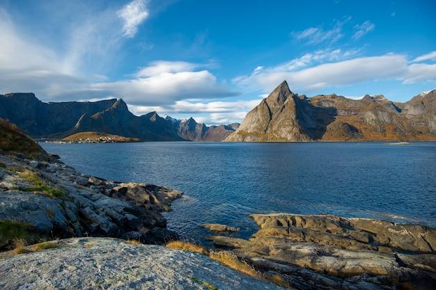 Красивая гора и небо в деревне hamnoy на лофотенских островах, норвегия Premium Фотографии