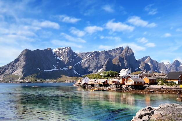 青い空とノルウェーのロフォーテン諸島の近くのhamnoyの小さな町 Premium写真
