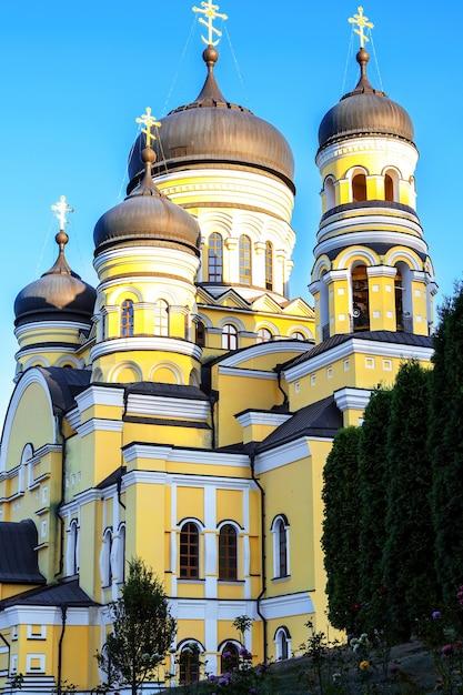 Monastero e chiesa di hancu tra il verde in moldova Foto Gratuite