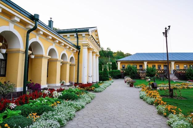 Iarda del monastero di hancu tra il verde in moldova Foto Gratuite