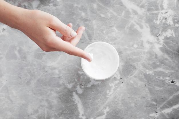 手とクリームの背景のトップビュー 無料写真