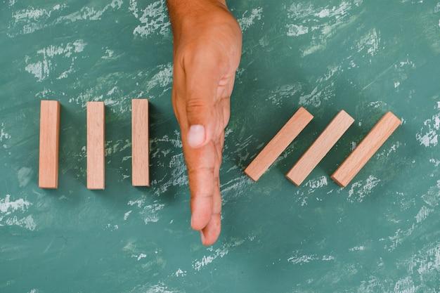 Рука как барьер, разделяющая деревянные блоки. Бесплатные Фотографии