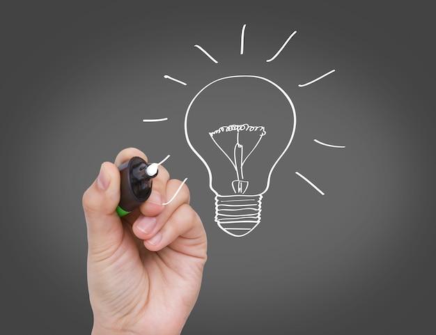 Hand drawing a light bulb Free Photo