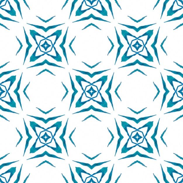 手描きの熱帯のシームレスな境界線。ブルーの素晴らしい自由奔放に生きるシックな夏のデザイン。トロピカルなシームレスパターン。 Premium写真