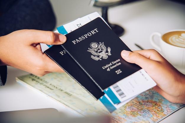 当局へのパスポートを保持している観光客の手 Premium写真